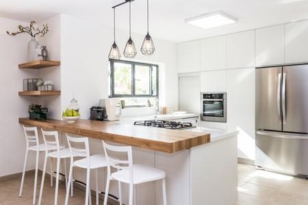 Las cocinas nórdicas en tonos claros y con toques de madera natural son lo más demandado a la hora de diseñar la cocina