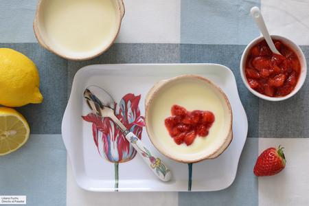 Crema de limón con salsa rápida de fresas: receta de postre fácil sin horno