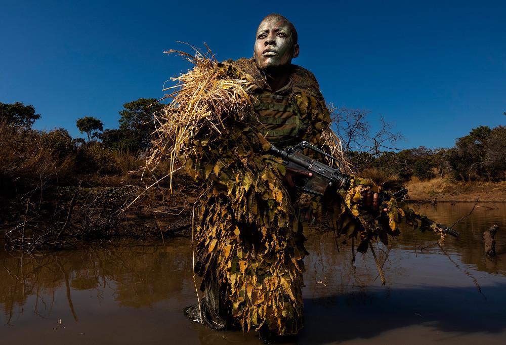Categoría 'Environment' / Ganador foto individual: 'Akashinga - the Brave Ones' de Brent Stirton (Sudáfrica)