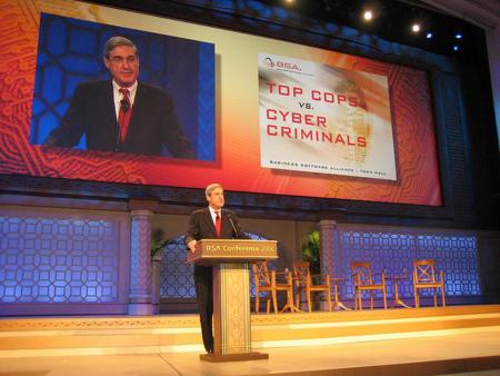 El Director del FBI vuelve a alertar sobre el peligro del cibercrimen