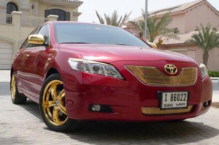 Una de excesos: Toyota Camry decorado con oro de 24 kilates