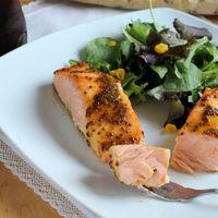 Cómo cocinar salmón congelado para que quede de película en menos de treinta minutos