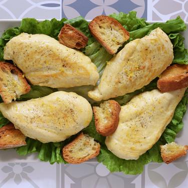 Pechugas de pollo picantes al limón con pan crujiente: receta fácil que puedes transformar en ensalada