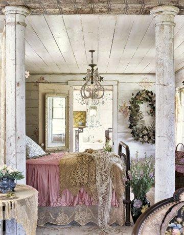 Un dormitorio rústico con toques color nude.