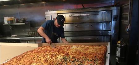 The Giant Sicilian es la pizza para levar más grande del mundo y es parte del menú de una pizzería californiana
