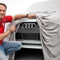 ¿Qué hace este chico levantándole la falda al Audi e-tron quattro concept?