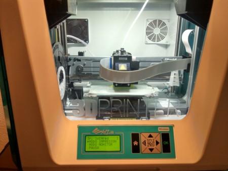 Detalle de la impresora, en el que podemos ver el display y los botones de control