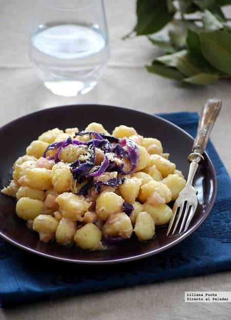 Ñoquis en salsa de mascarpone, pera y lombarda