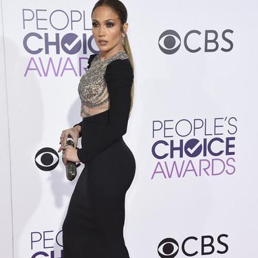 El vestido de Kris Jenner que llevó durante la boda de Jennifer Lawrence y Cooke Maroney ya lo lució Jennifer López durante los People Choice Awards 2017
