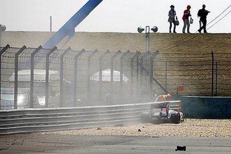 Toro Rosso tras la rotura de la suspension nueva al fondo de la escapatoria de la curva 14 de Shanghái