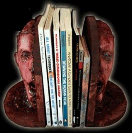 Un sujetalibros zombi para Halloween