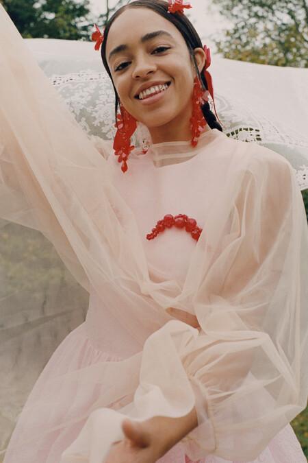 La campaña también presenta a personalidades que suelen estar presentes en el mundo de Rocha, ya sea en sus shows o imágenes, como la modelo Tess McMillan y sus hermanas, Adwoa Aboah y Kesewa Aboah, la primera activista y modelo, la segunda artista y modelo.