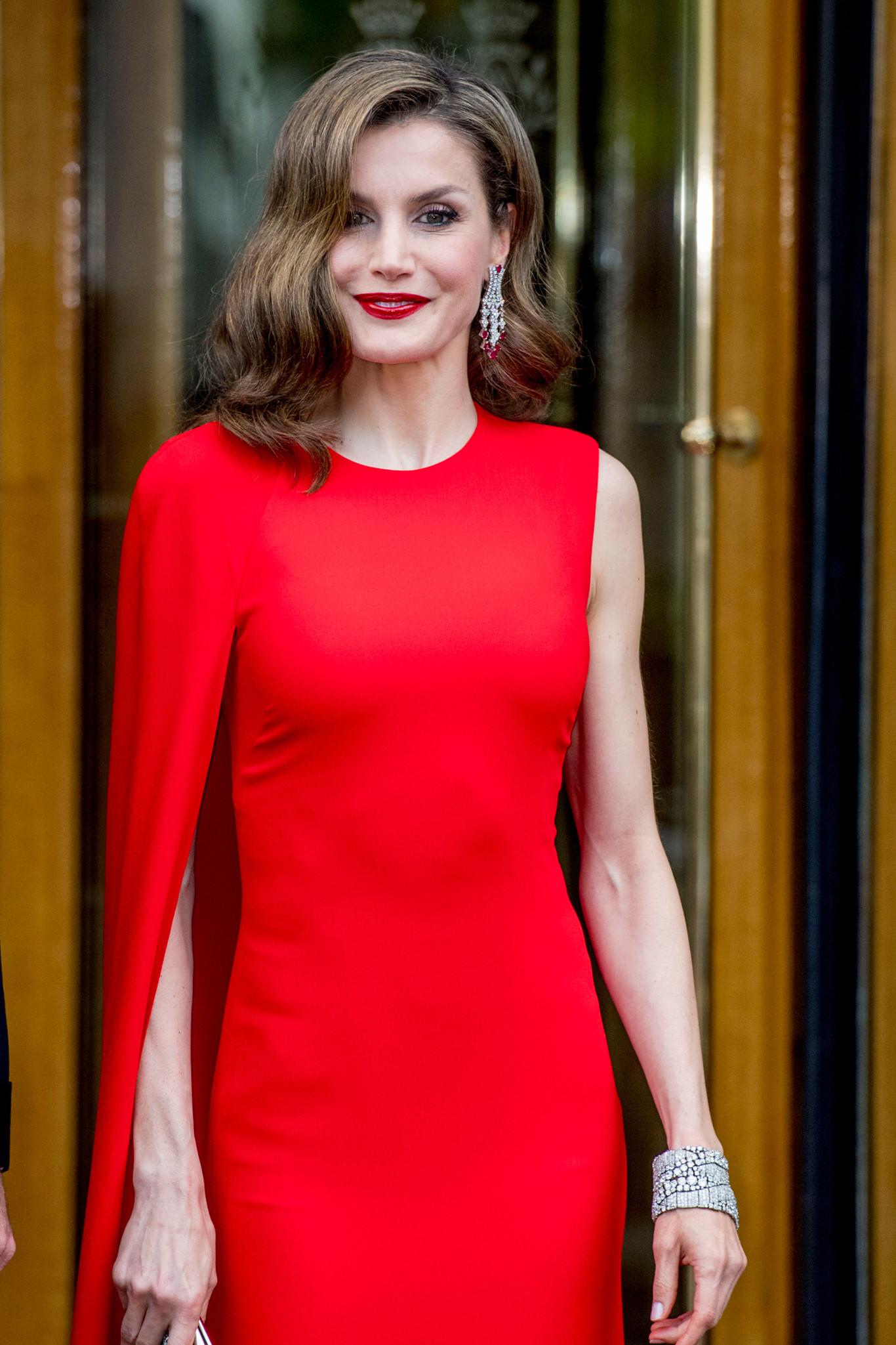 ¿Con qué look combinamos un vestido rojo   la reina Letizia nos da todas  las claves ed4ecfb54c01