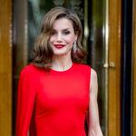 ¿Con qué look combinamos un vestido rojo?: la reina Letizia nos da todas las claves