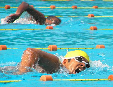 En la piscina (V): Evitar los calambres