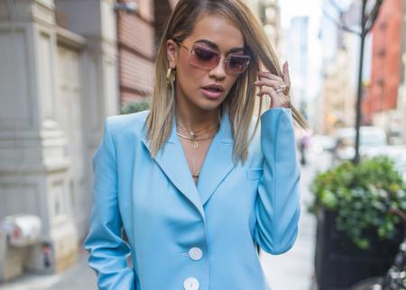 ¿No tienes un traje de chaqueta azul pastel en tu armario? Cuando veas a Rita Ora lo desearás fuerte