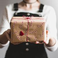 """El auge del """"regifting"""" o por qué estamos revendiendo más regalos que nunca durante la Navidad"""