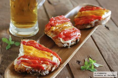 Tostas de mermelada de tomate, queso de cabra y pimientos: receta de picoteo para acompañar eventos deportivos