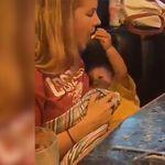 Haciendo equipo: el tierno vídeo de un bebé alimentado a su madre mientras ella lo amamanta