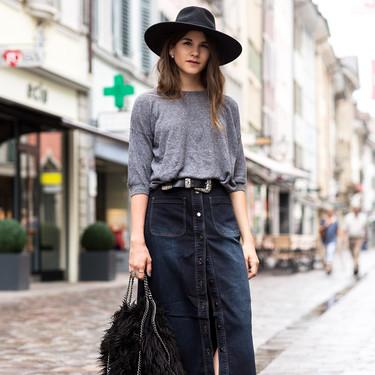 Las faldas vaqueras largas son el nuevo pantalón vaquero: 7 propuestas que llevar con jerseys calentitos y zapatillas blancas
