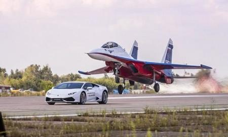 Video: Lamborghini Huracán vs avión de combate