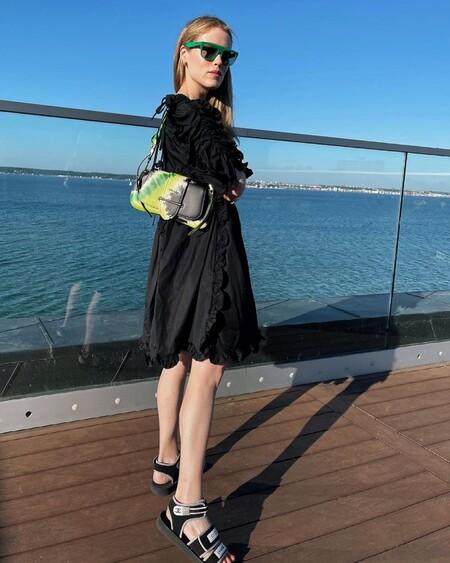 Estos bolsos, complementos y zapatos son geniales para lucir con un vestido negro y elevar tu look al siguiente nivel