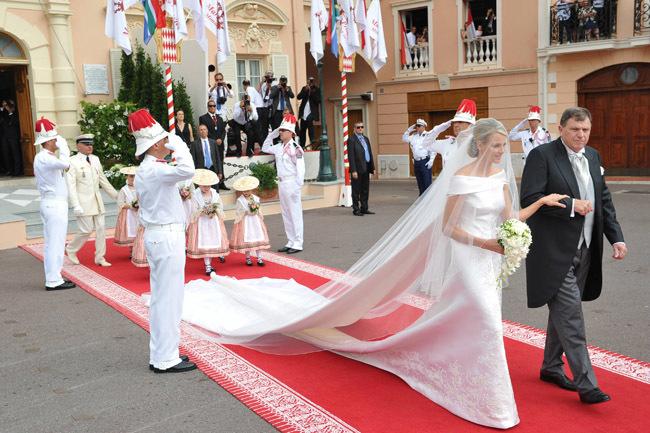 Foto de Todas las imágenes del vestido de novia de Charlene Wittstock en su boda con Alberto de Mónaco (3/19)