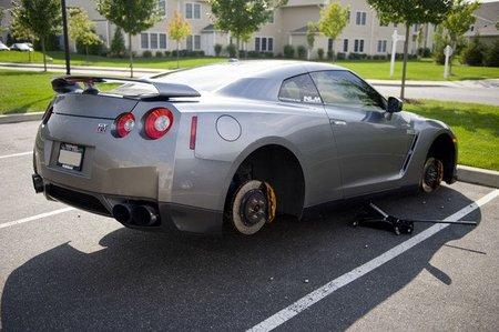 Nissan GT-R pies descalzos
