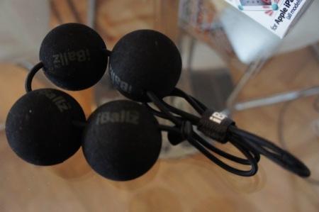 Cuatro bolas unidas por una goma elástica y un tope regulable