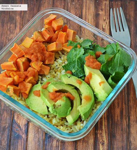 Tazón de arroz integral con camote, kale y aguacate. Receta saludable