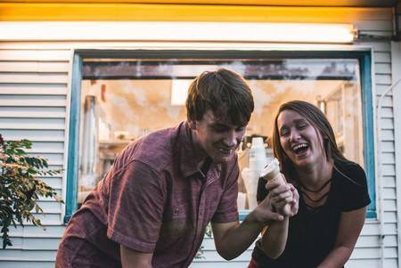 amigos jugando con helado