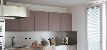 Acero y rosa empolvado, una combinación original y luminosa para la cocina