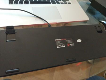 La parte inferior del teclado está fabricada en plástico y cuenta con una pestaña para subir la altura del teclado