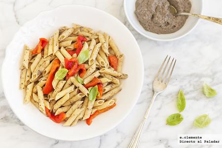 Receta de pasta integral con pimientos asados y tapenade, un plato saludable para comer bien a diario