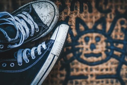 Las mejores ofertas con límite 48 en zapatillas de El Corte Inglés: Converse, New Balance y Guess más baratas