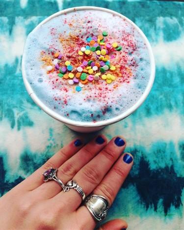 ¿Hay algo mejor que un café bien cargado por la mañana? Un latte de unicornio, para llevar