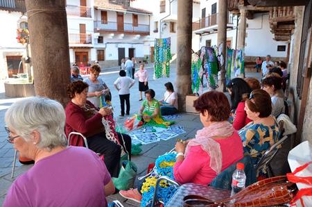 Tejiendo la calle en Valverde de la Vera, una instalación de Marina Fernández Ramos