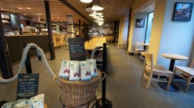La primavera llena de color las tazas y los termos de Starbucks