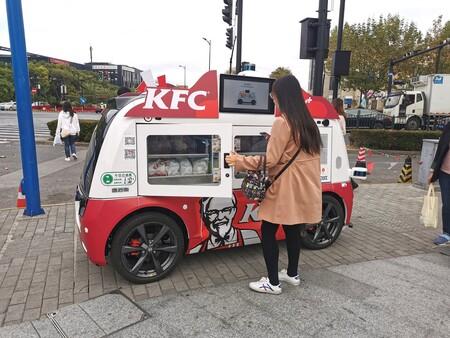 KFC está vendiendo comida en las calles de China sin contacto humano: coches autónomos conectados a redes 5G y códigos QR