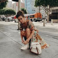 Looks de verano inspiradores para seguir llevando zapatillas deportivas sin perder estilo (ni comodidad)