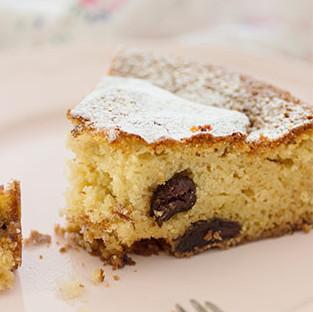 Pastel de queso ricotta y uvas pasas cocidas en Marsala: un jugoso postre entre bizcocho y tarta de queso
