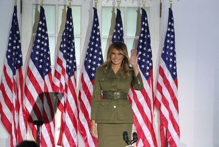 Melania Trump se une a las filas militares (en clave fashion) y luce un dos piezas de Alexander McQueen de impresión