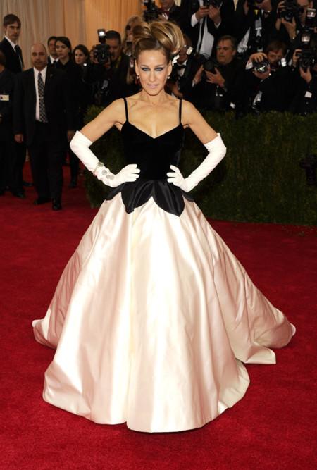 Sarah Jessica Parker una de las primeras en llegar a la Gala MET 2014 con un estupendo Oscar de la Renta
