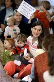 Protesta de madres a favor de la mujer que amamantaba a su bebé en el avión