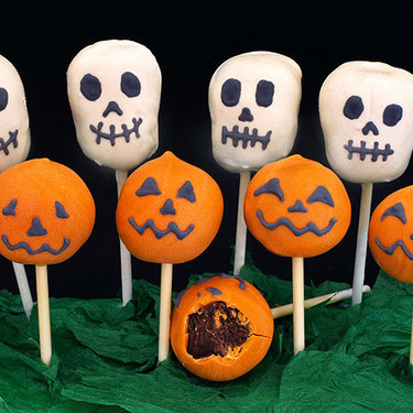 Cake pops o bizcobolas de chocolate con forma de calaveras y calabazas para Halloween