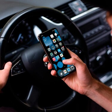 El móvil en el coche y las multas: qué está prohibido y qué no
