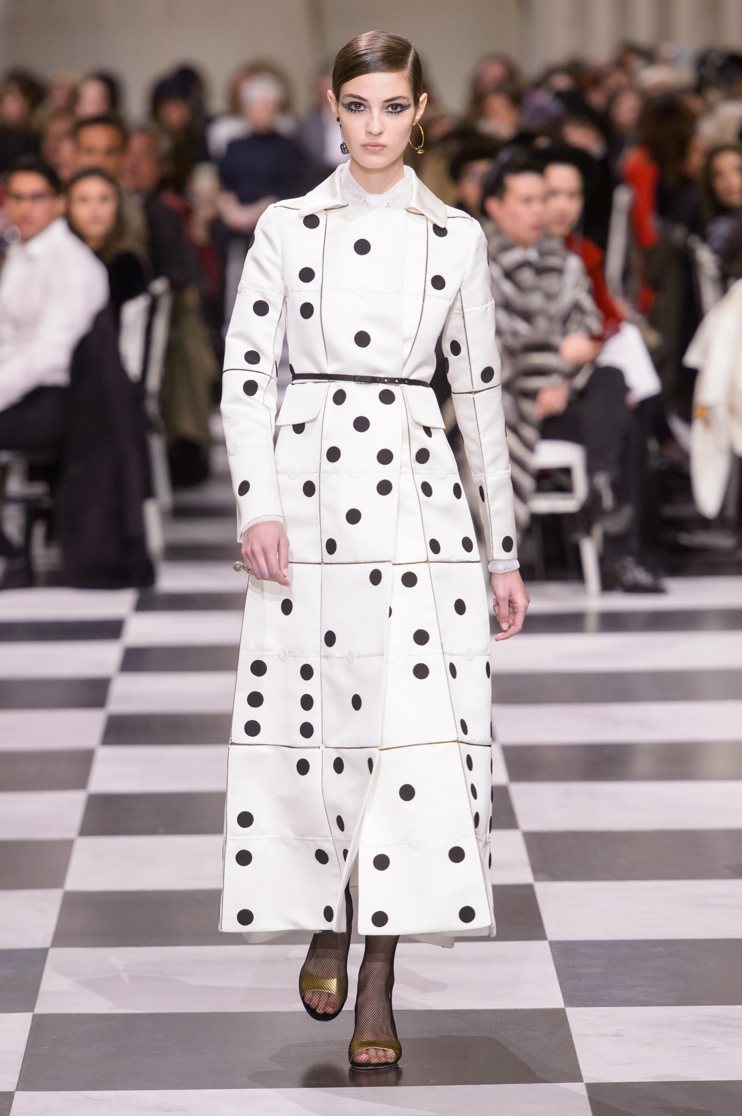 Foto de Dior Alta Costura: Maria Grazia Chiuri y su mágico desfile en blanco y negro Primavera-Verano 2018 (16/74)