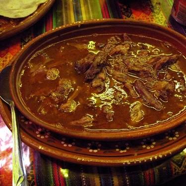 Birria con habas y nopales. Receta de la cocina tradicional mexicana