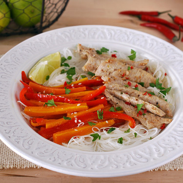 Fideos de arroz con salteado de cerdo y verduras: receta completa sin gluten