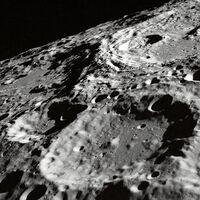 Congelada en la sombra y evaporada de día: un nuevo estudio de la NASA nos hace entender mejor el ciclo que tendría el agua en la luna